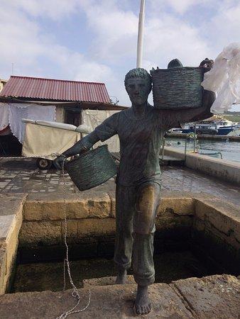 Marsaxlokk, Malta: STATUA DEL PESCATORE