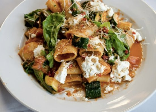 Westhampton Beach, Nova York: Paccheri with Fresh Tomatoes, Zucchini, Arugula, Goat Cheese & Bread Crumbs