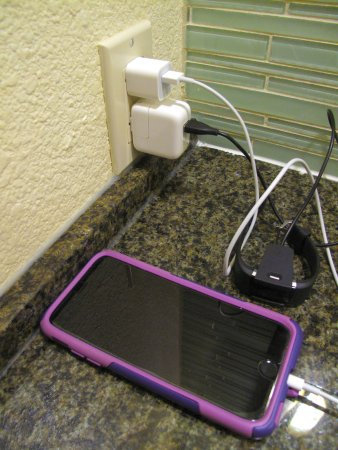 Los Gatos, Kaliforniya: Room 341 - Toll House - Device charging on counter w/ coffee maker