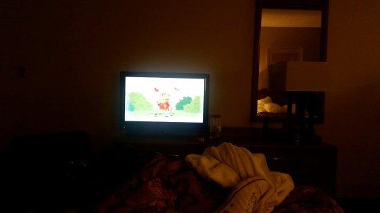 Travelodge Anaheim Convention Center: watching tv