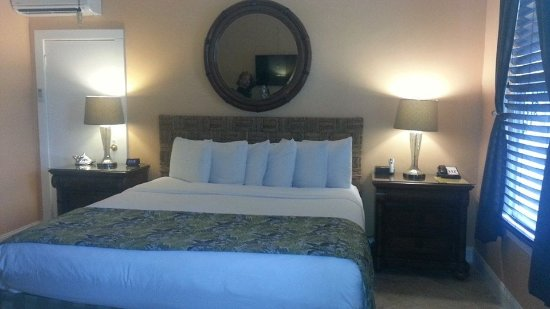 Southernmost Point Guest House : Kng size bed complete with bath robes