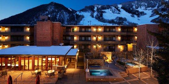 Aspen Square Condominium Hotel: Courtyard in Winter