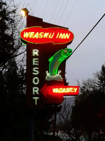 Weasku Inn: Great old school neon sign.