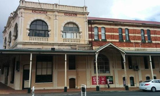 Queenstown, Australia: Queen ensuite Room 2 - 5 and 6th Windows