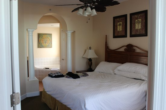 Grande Villas Resort: Master bedroom with ensuite