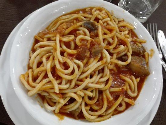 Sigillo, Italia: Umbricelli alla Gobbo (pomodoro, guanciale e funghi)