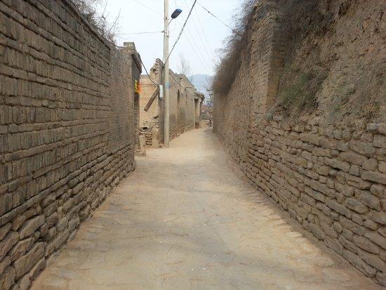 Jiexiu, الصين: small  street