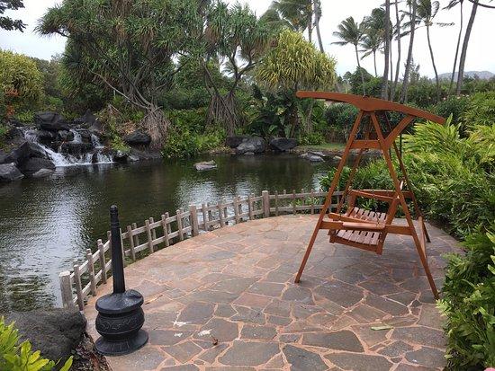 Grand Hyatt Kauai Resort & Spa: Smoker's bench. There are 2 on property