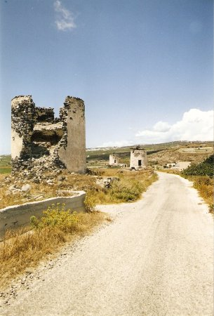 Emporio, Grecia: Windmills have now been abandoned