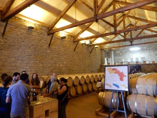 Haro, Spanien: Large barrel room where most of the tasting occur.