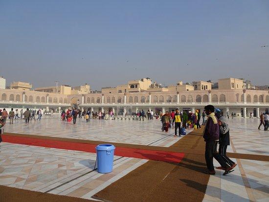 De Gouden Tempel - Harmandir Sahib: Quadrant outside one Entrance gate