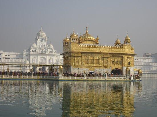 De Gouden Tempel - Harmandir Sahib: Queues of people waiting to go in