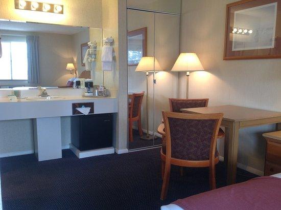 Thunderbird Inn: Vanity/Closet Area