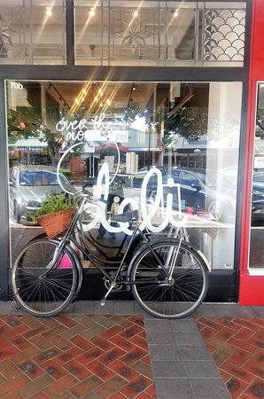 Cambridge, Νέα Ζηλανδία: Our beautiful shop front with signature bicycle