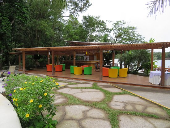Pachira Lodge: Chairs by pools and bar area, very comfortable