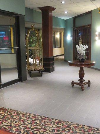 Pittsburg, KS: Lobby corridor leading to the pub