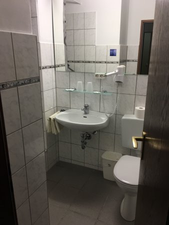 Bad Sachsa, Germania: Our photo's of the hotel and standaard two person bedroom