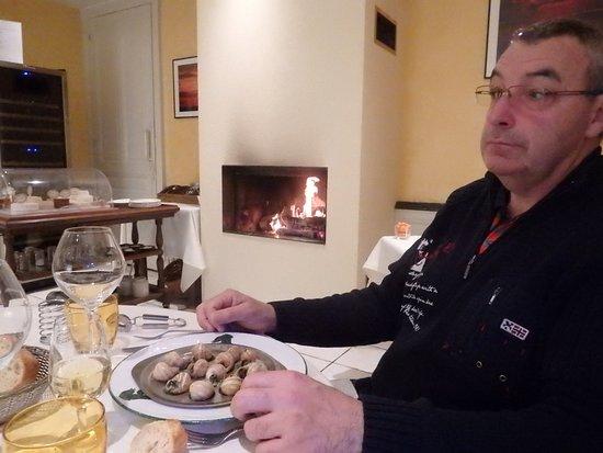 Cuiseaux, France: cheminée, présentation petits escargots avec peu de beurre