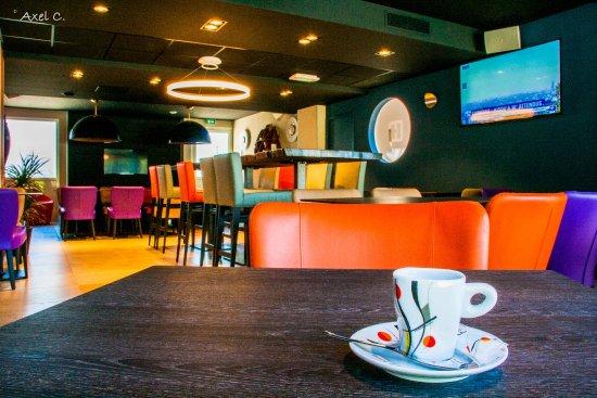 Lattes, Francia: Salle de restaurant et petit déjeuner, très conviviale avec ces grandes tables d'hôtes