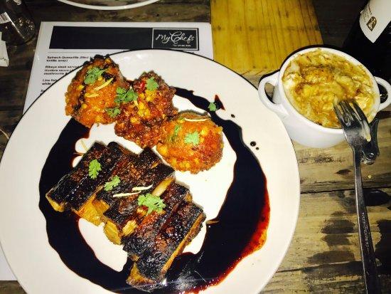 Malmesbury, Südafrika: Pork belly, Sweatcorn Fritters & Bone marrow mash. BEST EVER!