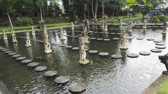 Tirta Gangga: egyedülálló élmény a vízben a kövek közt végig járni utunkat..