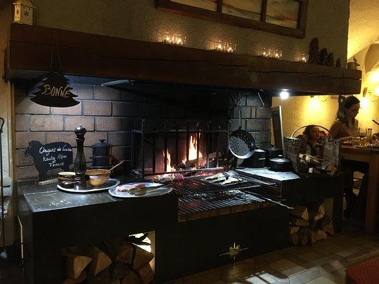 Le Pied de la Gargouille: Open fireplace cooking