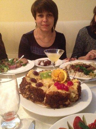 Myrhorod, Ukraine: Тортик принесли свой, но девочки красиво его оформили и подали к столу.