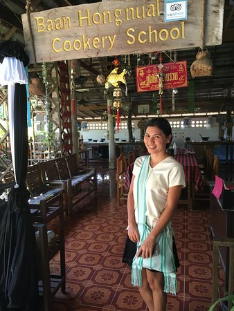 Saraphi, Tajlandia: Our Thai cooking instructor at the entrance to the school.