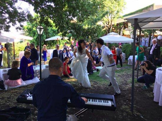 Sant'Alfio, Италия: La sposa ed il fratello a ritmo di swing