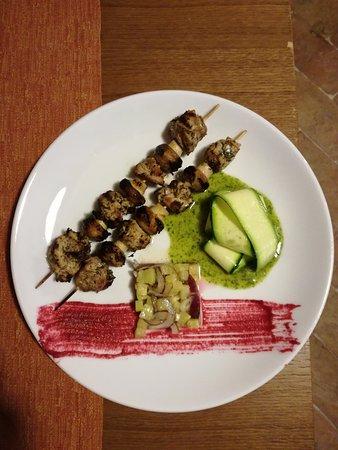 Amelia, Italy: Spiedini di manzo e suino con brunoise di verdurine e carpaccio di zucchine.