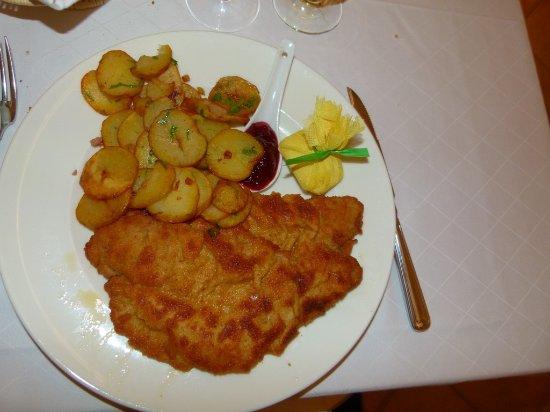Herrsching, Deutschland: Schnitzel Wiener Art mit Bratkartoffeln