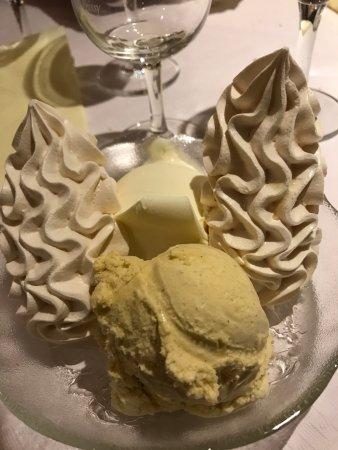 Satigny, Suiza: Les meringues à la crème de Gruyère