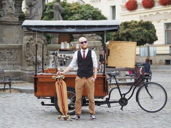 Pardubice, República Checa: Barista Filip s longboardem a mobilní kavárna