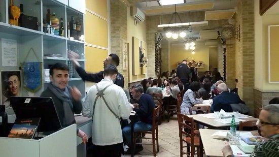 Pizzeria da Concettina ai Tre Santi : Ottima pizza napoletana con forno a legna , nel rione popolare della Sanità' , servizio veloce e