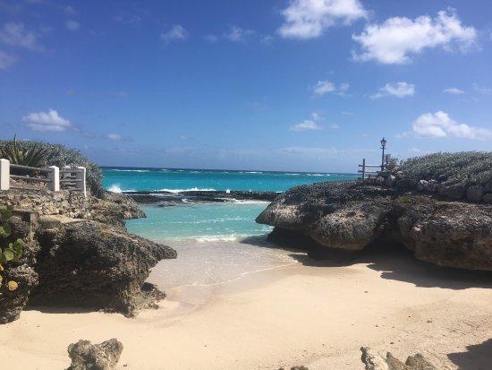 Saint Philip Parish, Barbados: La différence entre une mer moyennement agitée (1ère photo) et une mer calme (autres photos)