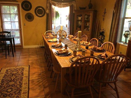Cali Cochitta Bed & Breakfast: Breakfast Table