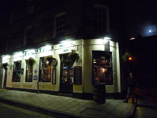 a room in the west end and Teuchters bar: L'esterno del locale