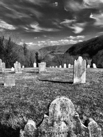 ฮาร์เพอร์สเฟอร์รี, เวสต์เวอร์จิเนีย: Harper Cemetery overlooking the convergence of the Potomac and Shenandoah Rivers