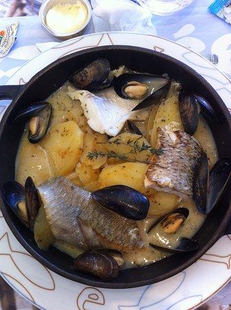 Mondeville, Francia: filet de rouget, filet de bar et de cabillaud sur lit de patates avec ses moules