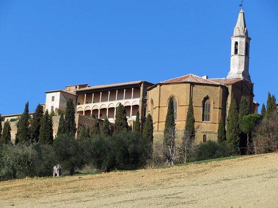 Pienza, Italia: il loggiato con accanto l'abside del Duomo