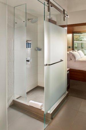 Arlo SoHo: Guest Room Rain Shower At Arlo Hudson Square