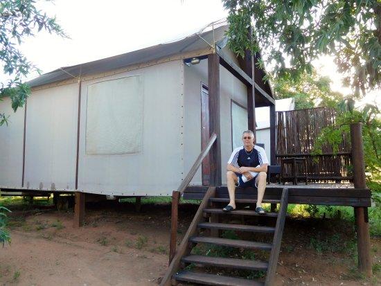 la chambre son grand lit double et sa moustiquaire bild fr n nkambeni safari camp kruger. Black Bedroom Furniture Sets. Home Design Ideas