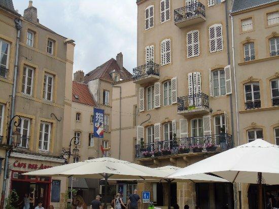 Place Saint-Louis : terrasses