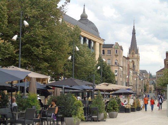 Place Saint-Louis : terrasse de cafés