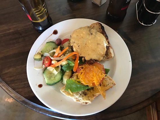 De Rust, Afrique du Sud : Cheeseburger with salad
