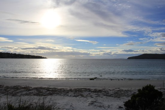 White Beach, Australië: The view from the end of the garden