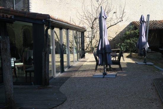 Neuville de Poitou, Francia: Véranda sur cour