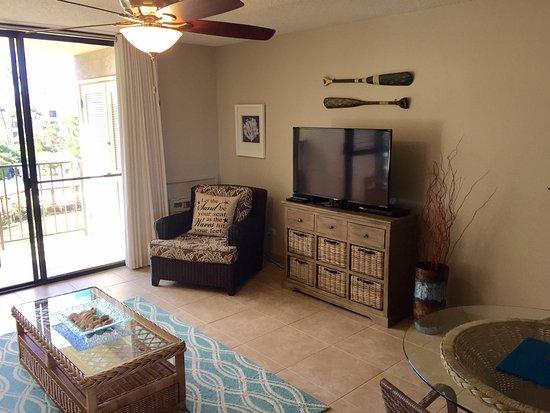 Kamaole Sands: Living room with flatscreen TV