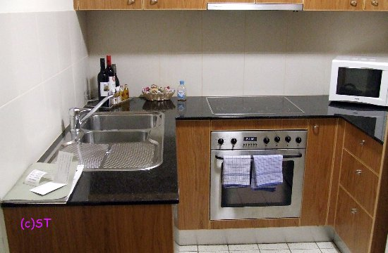 Waldorf Canberra Apartment Hotel: kitchen