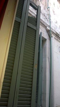 Petit Recoleta Hostel: Persiana rota